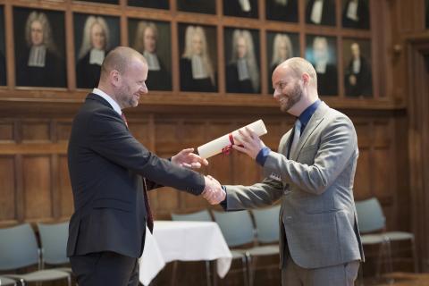 Voorzitter van de Wetenschappelijke Raad Stephan van Erp reikt het stipendium uit